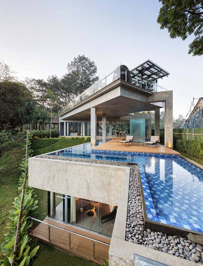Hanging Villa in the forest on a hillside in Indonesia