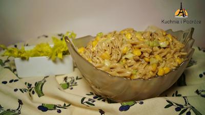 Sałatka z brązowego makaronu