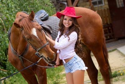 Julia Ukrainische Frau Partnervermittlung: Westernlook mit Cowboyhut und Pferd
