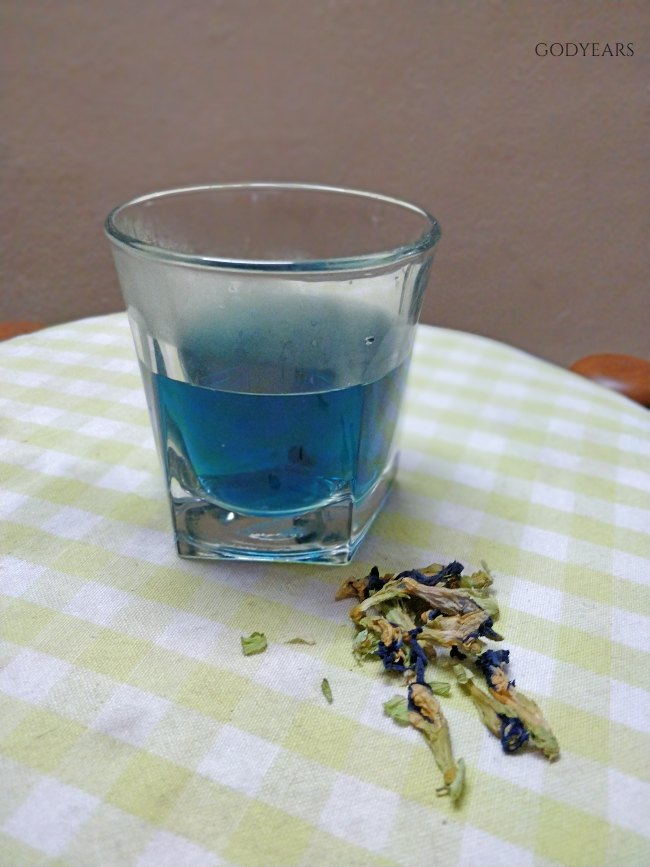 The distinctive colour of blue tea comes from the petals of the Clitoria ternatea / butterfly pea flowers.