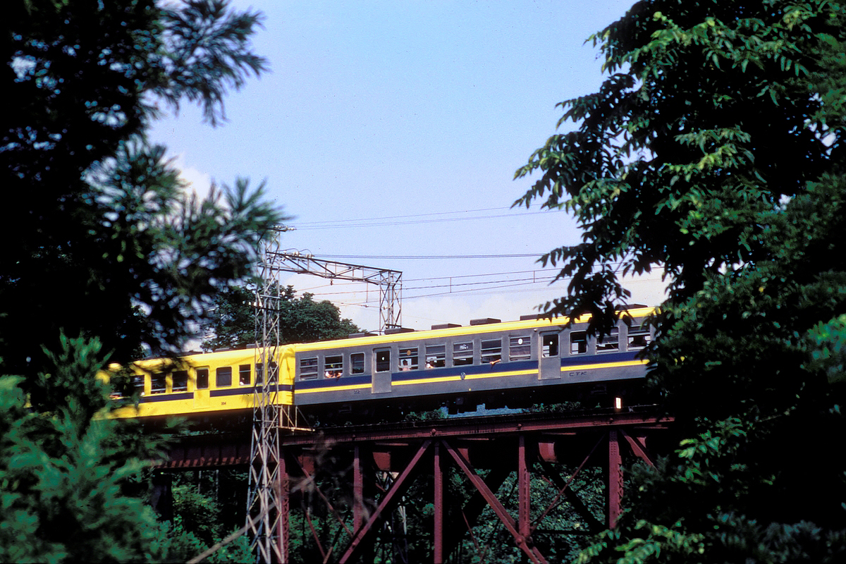Chichibu Railway(CTK) series 300 EMU_SAHA352_with_yellow_and_blue_line