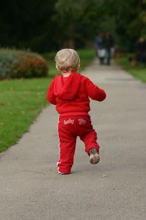 Tahapan / Fase Perkembangan Bayi dari Duduk, Merangkak, Hingga Berjalan