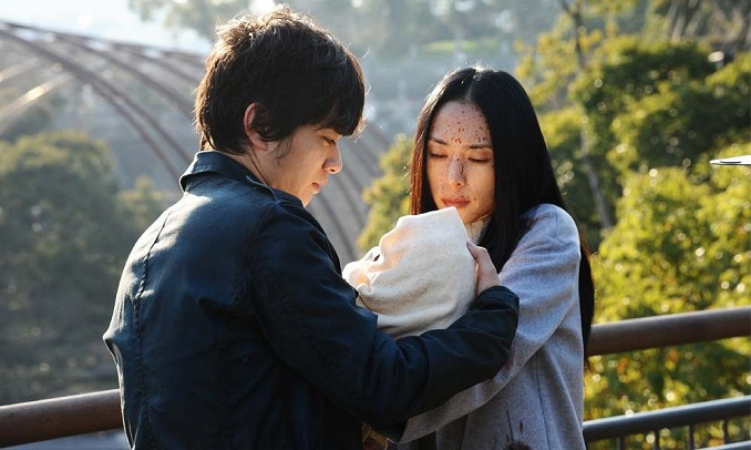 Menceritakan tentang Izumi Shinichi yang berumur 17 tahun tinggal bersama ibu dan ayahnya di sebuah lingkungan yang tenang di kota Tokyo.