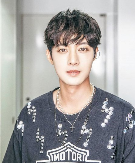 kim hyun joong looks younger in latest picture netizen buzz