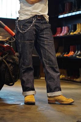 以前はバイクに、現在はファッション的要素で着用しているというウエスコ製のボス。街履きでは人気の高いバーラップレザーをラフアウトでカスタム。