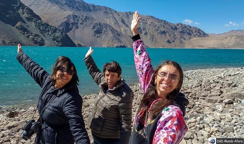 Modelando em frente ao Embalse el Yeso - Diário de Bordo Chile: 8 dias em Santiago e arredores