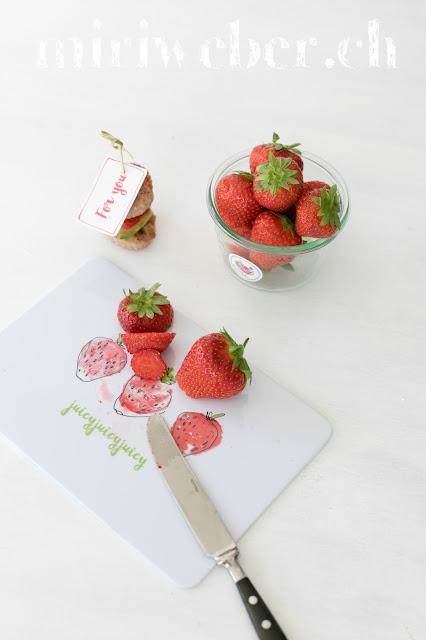 Foodblog Schweiz, Erdbeerenrezept, Rezept Apero Brötchen mit Rhabarber Chutney, Avocado und Erdbeeren. Blog Schweiz, Tchibo Schweiz, Foodblog