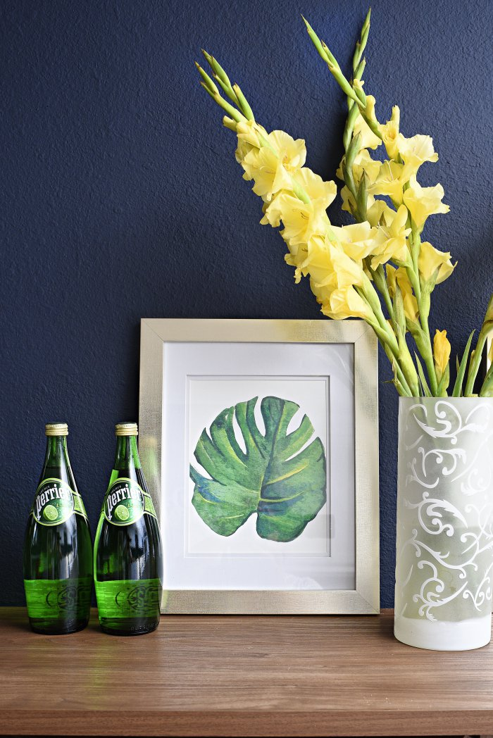 Loving this DIY bold, green palm leaf artwork printable that's inspired by the Pottery Barn version. You can download the free printable in the post and put it into any 8x10 frame for instant, chic artwork. Looks great against the navy walls. | via monicawantsit.com