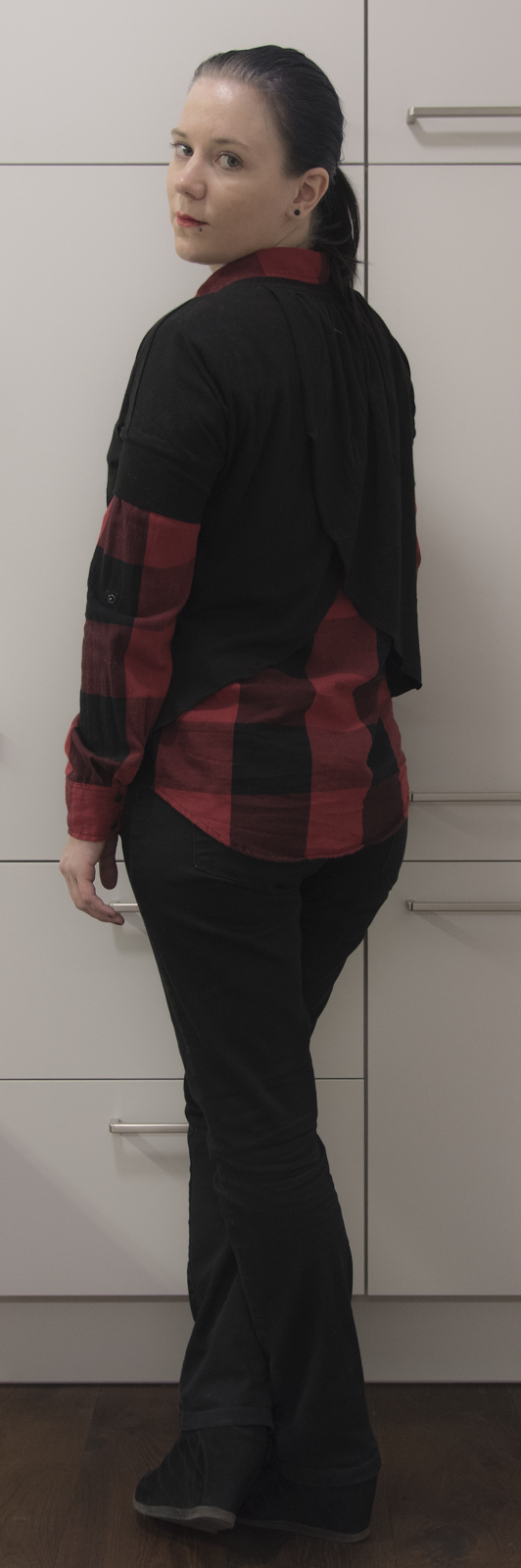 Outfit Fashion Grunge Goth Dark Black Plaid shirt jeans boots necklace red lipstick sleek hair