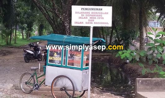 LARANGAN : Papan larangan ini masih bisa ditemukan letaknya di depan Masjid Mujahidin Universitas Tanjungpura Pontianak. Foto Asep Haryono