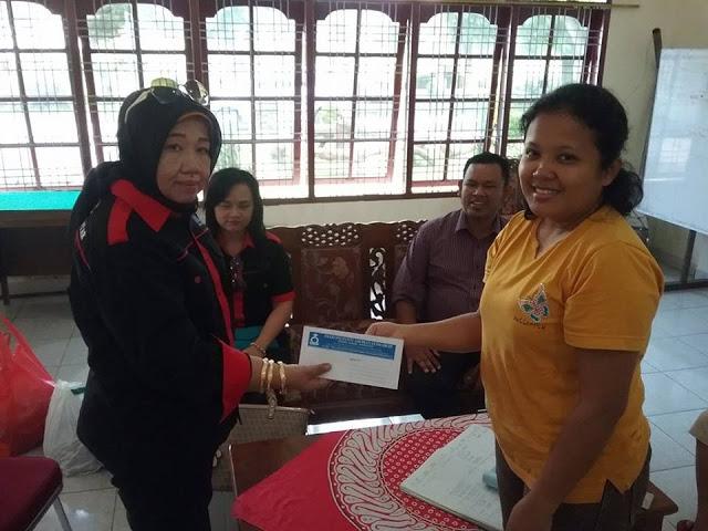 Kordinator GAS Peduli Rina Iriana menerima surat ucapan terimakasih dari Pdt. Irene Situmorang pengasuh Panti Asuhan Elim HKBP kota Pematangsiantar