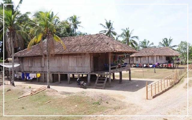 Gambar Rumah adat Lampung di perkampungan