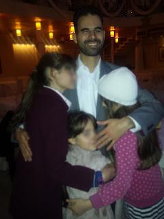 Ο Βαγγέλης αγκαλιά με μικρά κορίτσια που παραβρέθηκαν στο δείπνο