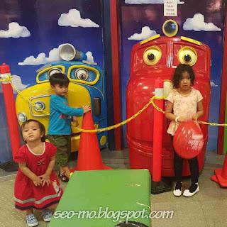 Foto Ke 3 Anak Sheila Marcia sedang bermain