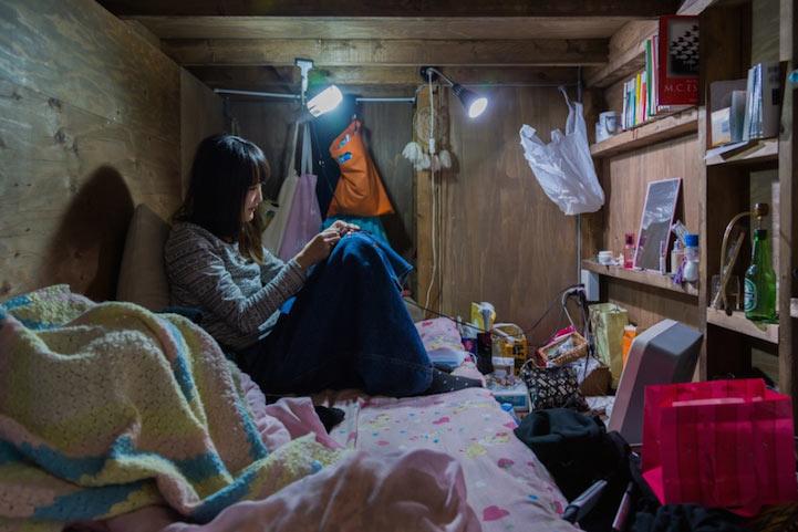 Reveladores retratos de individuos que viven en apretado hostal cápsula oculto en Tokio