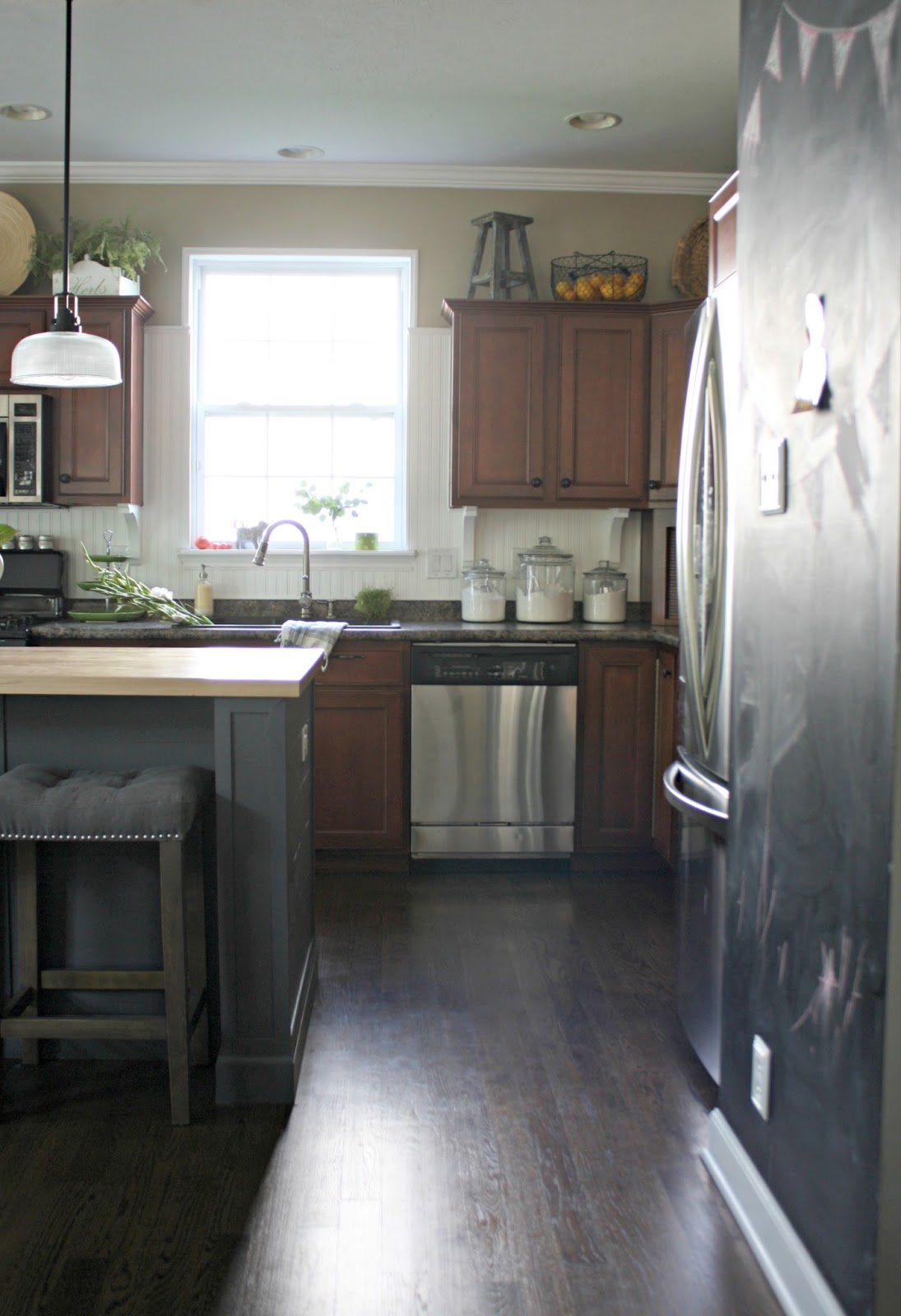 dark cabinets light backsplash