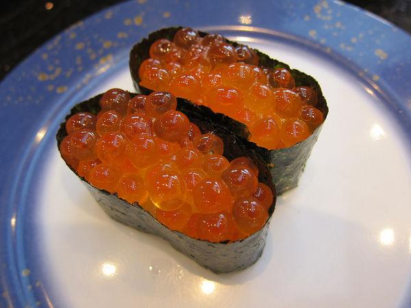 101 เมนูซูชิ ข้าวห่อสาหร่ายหน้าไข่ปลาแซลมอน (Ikura Gukan)