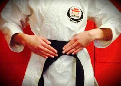 cara memasang sabuk karate