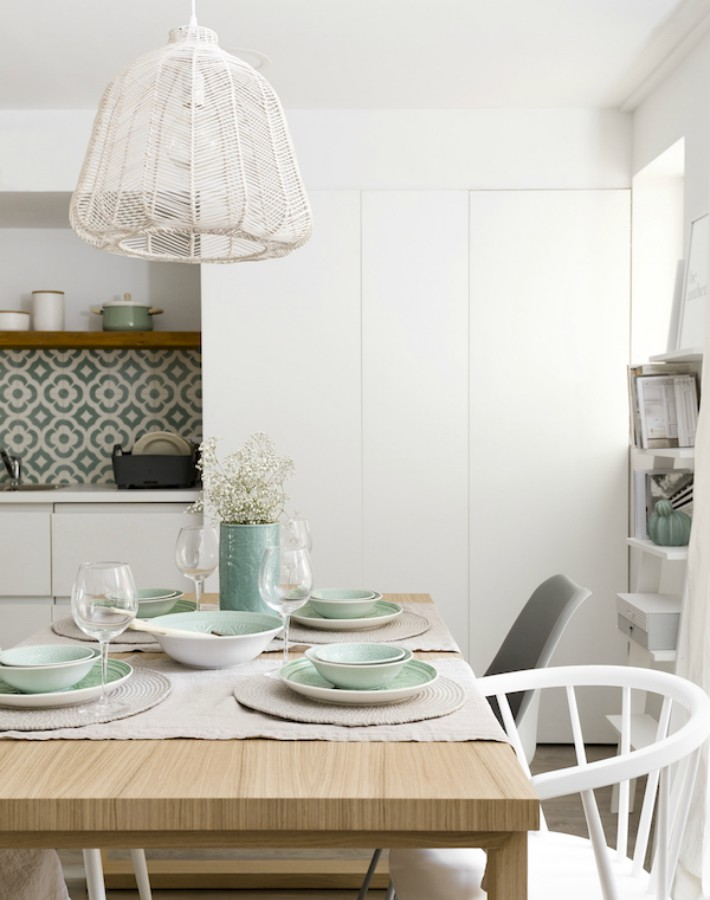 Un apartamento con una decoración natural y fresca