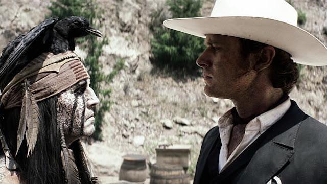 Johnny Deep caracterizado, frente a Armie Hammer en un momento de la película