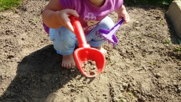 Integracja sensoryczna na podwórku - bose stopy