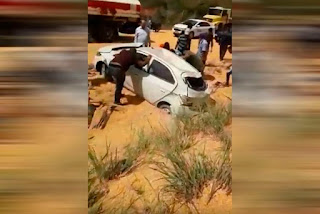 Caminhão carregado com milho tomba e acidente deixa cinco feridos