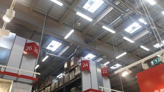 techo de un almacén con instalaciones vistas