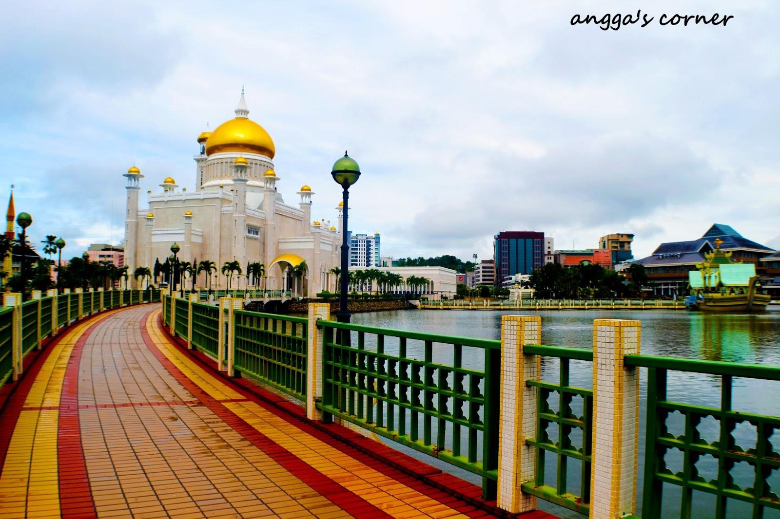 masjid ini dinamai berdasarkan omar ali syaifuddin 3 sultan brunei ke 28 yang mendominasi pemandangan kota bandar seri begawan melambangkan