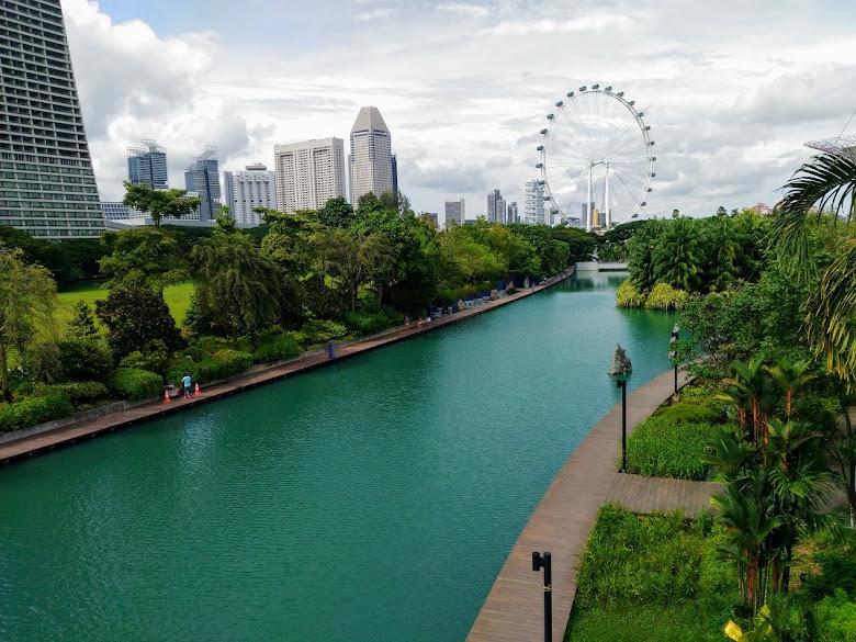 前往濱海灣花園,遠處是新加坡摩天輪