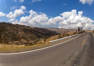 Bonita paisagem rumo a Ollantaytambo / Peru.
