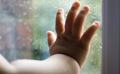 كيف تتعاملين مع قلق الانفصال عنك عند طفلك طفل صغير يد ايدى بيبى رضسع ايادى Separation Anxiety rain baby hand child kid on window