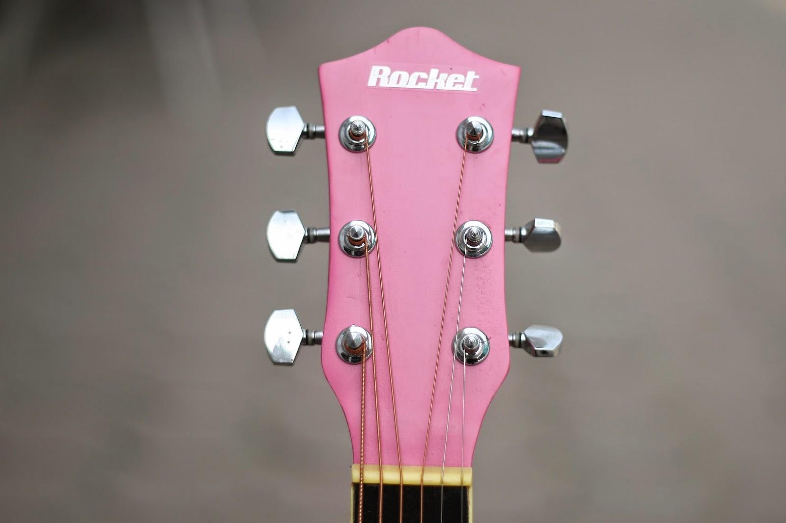 guitar sơn màu hồng