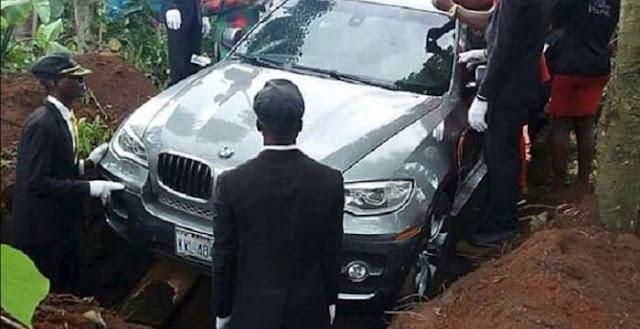 """شاب نيجيري يدفن والده في سيارة """"بي إم دبليو"""" فارهة!"""