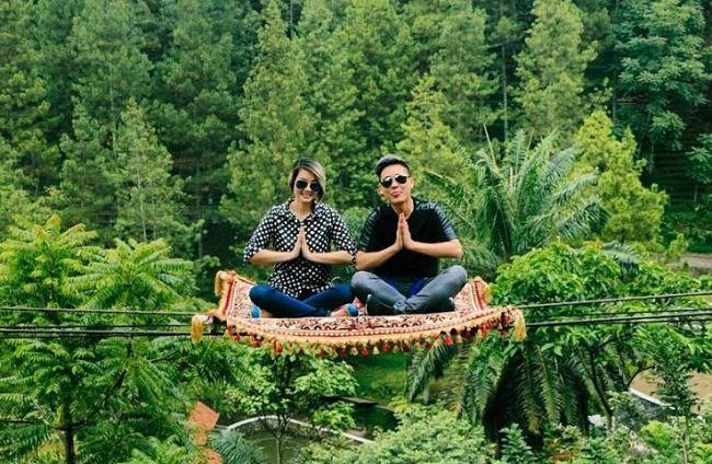 Mendayung Perahu atau Naik Permadani di Dago Dreampark