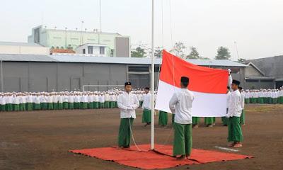 pengibaran bendera oleh santri