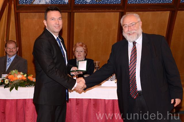 A Magyar Mikrobiológiai Társaság 1974-ben alapította a Manninger Rezső Emlékérmet. A díjat a társaság vezetősége azoknak a kiemelkedő, nemzetközileg elismert tudományos munkássággal rendelkező tagoknak ítéli oda, akik aktívan részt vesznek a társaság életében.