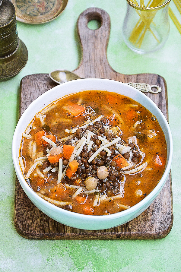 Zupa z soczewicą, ciecierzycą i pomidorami z makaronem