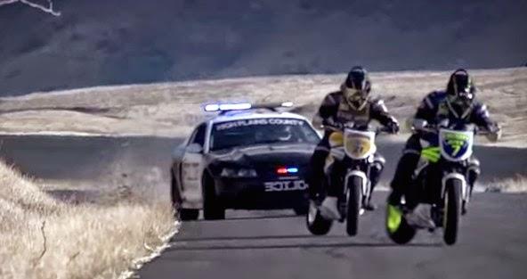 """Έχετε δει περιπολικό να """"κυνηγά"""" δυο driftαδες με μηχανή; Αν όχι, δείτε το βίντεο που ακολουθεί..."""