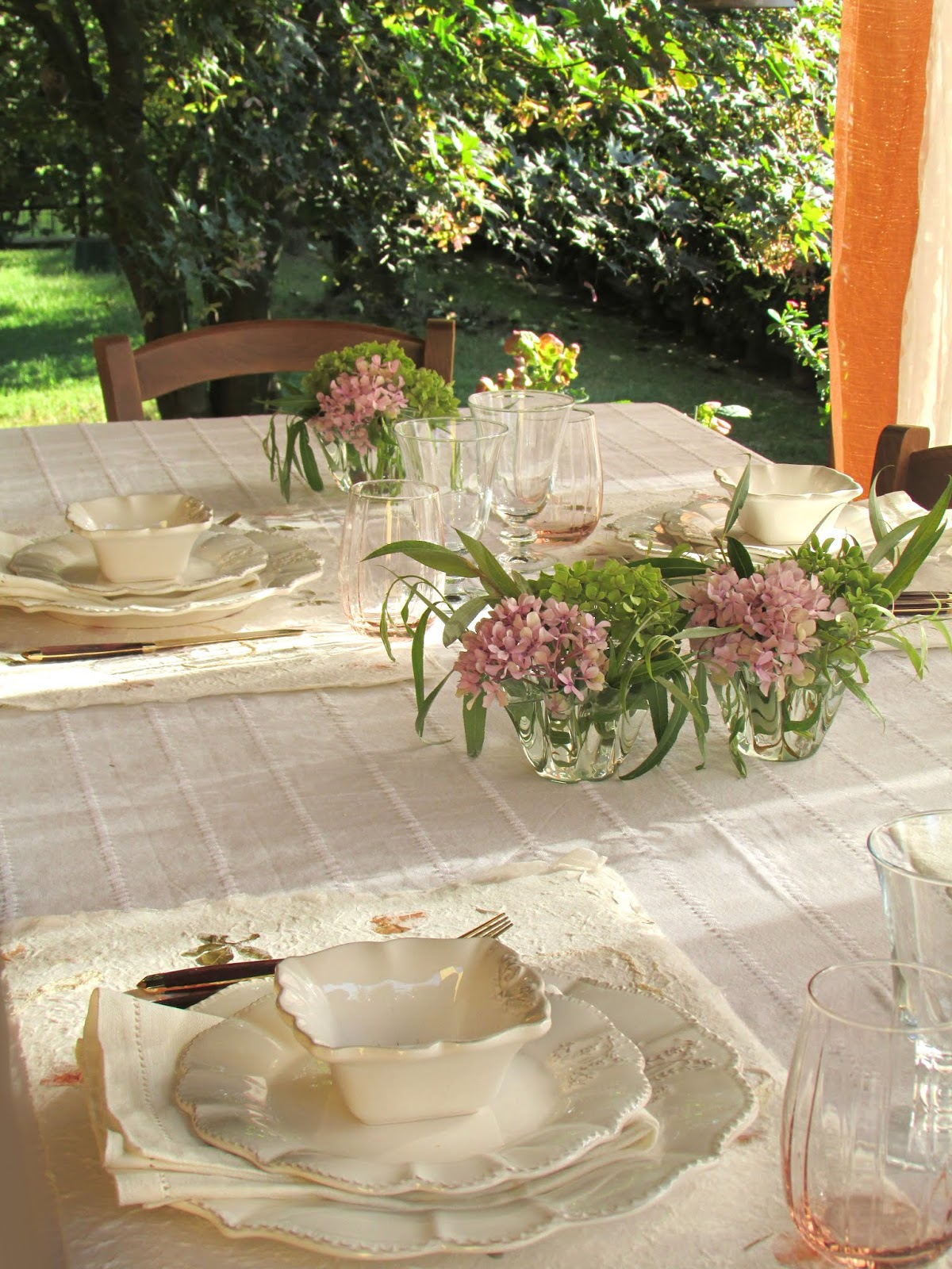 tavola romantica in giardino