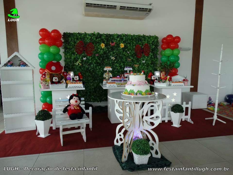 Decoração infantil tema Jardim Encantado em mesa provençal com muro