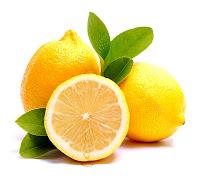 Bir tanesi yarıdan kesilmiş limonlar ve limon yaprakları