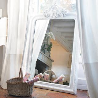 http://www.maisonsdumonde.com/FR/fr/produits/fiche/miroir-trumeau-sculpte-en-bois-de-paulownia-blanc-h-120-cm-altesse-105600.htm