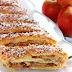 Apfelstrudel { Strudel aux pommes } l'un des desserts les plus réputés d' Autriche