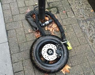 pernahkah anda melihat atau bahkah mengalami kehilangan kendaraan bermotor di area parkir Konyol Maling Motor Ini Sisakan Roda Depan Untuk Pemiliknya