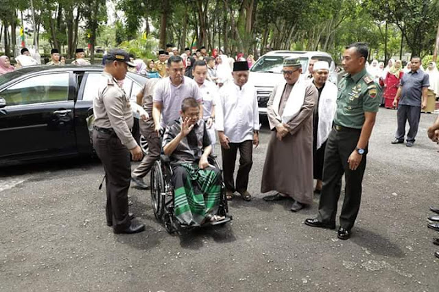 Bupati Asahan Taufan Gama Simatupang menaiki kursi roda akibat sakit yang dideritanya.