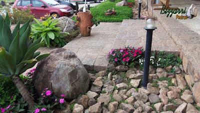 Detalhe da escada de pedra folheta, pedra paralelepípedo e pedra rachão. Escada com pedra com execução do paisagismo com pedras ornamentais.