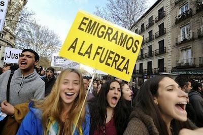 L'Espagne confrontée à l'exil de ses jeunes diplômés - Manifestación - Pancarta: Emigramos a la fuerza