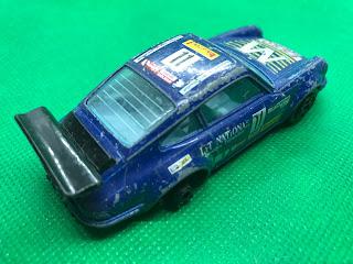 ポルシェ 911 のおんぼろミニカーを斜め後ろから撮影