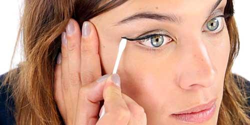 Chica maquillandose los ojos