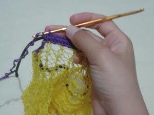Como reaproveitar saco de laranja para fazer porta meias